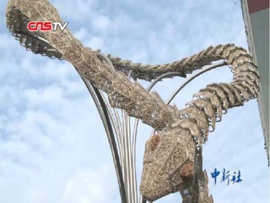 南京市中心惊现巨蛇雕像 市民围观不明就里