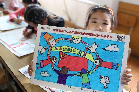 孩子在展示主题鲜明的绘画作品.泱波图片