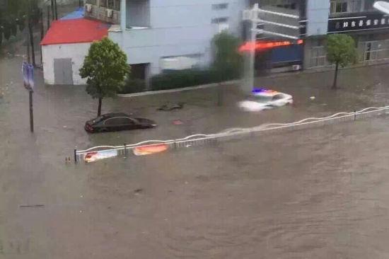 24日,如东掘港街头,被淹的汽车随处可见. 石健