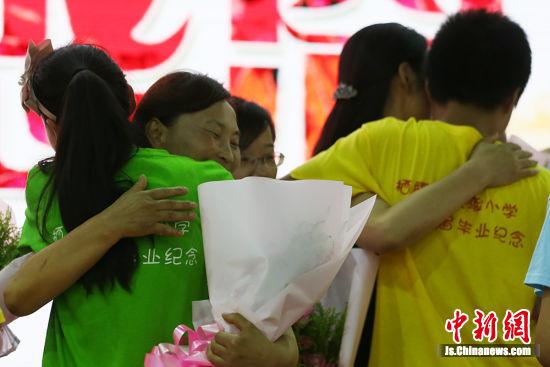 《三字经》选段,向老师献花,感恩父母,放飞蝴蝶等环节,告别多彩的小学图片
